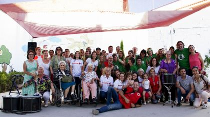 Voluntarios y mayores de Cruz Roja celebran este jueves en Valencia la llegada del verano