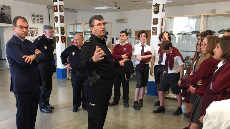 La Policía Nacional enseña el Museo de la Policía a los estudiantes valencianos