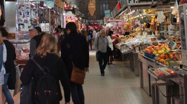El Mercado Central muestra desde hoy al público su Belén artesano, elaborado por sus vendedores