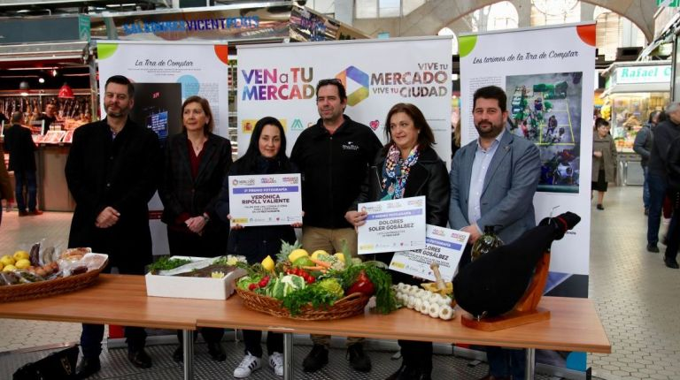 Las ganadoras del concurso 'Ven a tu Mercado' recogen sus premios en el Mercado Central