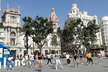 El Punto Móvil de Información Turística de València inicia  la temporada de verano con un flashmob