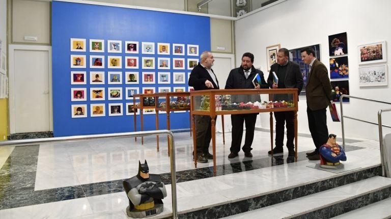 Moliner conoce la exposición 'Arte, Toys y Artoys' que impulsa la Diputación junto a Caja Castellón