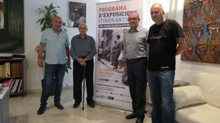 El diputado Xavier Rius y el fotógrafo Joaquín Collado firman el acuerdo  de itinerancia de la muestra La València oblidada