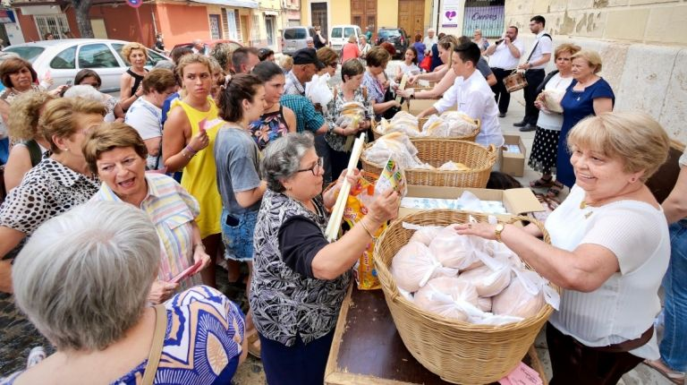Los Clavarios de Sant Roc de Alboraya reparten los cirios y los rollos en las Fiestas Patronales