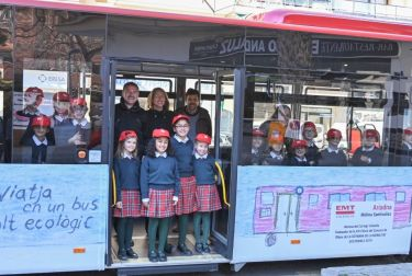 Alumnado de primaria diseña el exterior de un autobús de la EMT